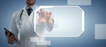 Doctor de sexo masculino que usa la pantalla invisible contra fondo azul abstracto fotografía de archivo libre de regalías