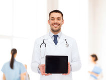 Doctor de sexo masculino sonriente con PC de la tableta Fotografía de archivo libre de regalías
