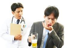 Doctor de sexo masculino y hombre de negocios borracho fotos de archivo