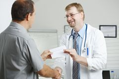 Doctor de soborno paciente Fotografía de archivo libre de regalías
