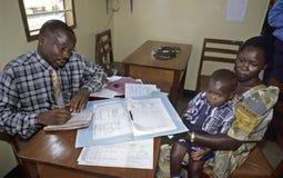 Doctor de trabajo en el hospital SIDA TASO Kampala imágenes de archivo libres de regalías