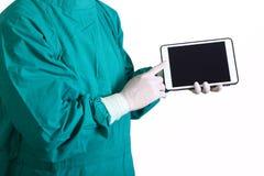 Doctor del cirujano que toca una pantalla de la tableta imagen de archivo libre de regalías