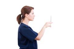 Doctor del dentista que prepara la jeringuilla con el anestésico Imágenes de archivo libres de regalías