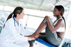 Doctor del gimnasio con un paciente Fotos de archivo