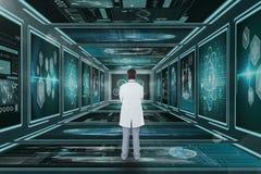 Doctor del hombre que mira interfaces médicos Imagen de archivo libre de regalías