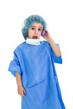 Doctor del niño con el teléfono fotos de archivo