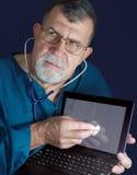 Doctor del ordenador con el estetoscopio Foto de archivo libre de regalías