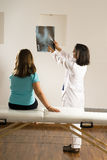 doctor den små strålen för kvinnligflickan som visar till x Fotografering för Bildbyråer