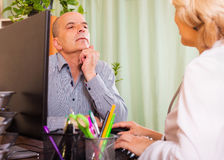Doctor discharging patient from hospital Royalty Free Stock Photos