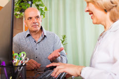 Doctor discharging patient from hospital Royalty Free Stock Images