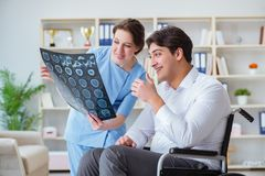 The doctor discussing x-ray image with patient Royalty Free Stock Photos