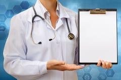Doctor disponible de la lista de control Foto de archivo libre de regalías