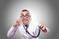 Doctor divertido aislado en el blanco Foto de archivo libre de regalías