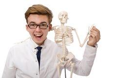 Doctor divertido con el esqueleto aislado en blanco Fotos de archivo libres de regalías