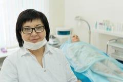 Doctor - el cosmetólogo lleva a cabo a la recepción foto de archivo