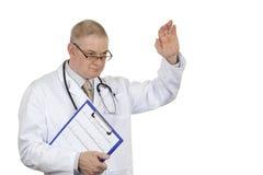 Doctor en agitar de los vidrios y del estetoscopio de la capa que lleva blanca bueno Fotografía de archivo