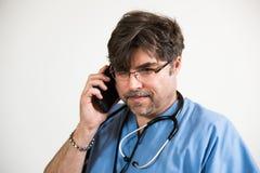 Doctor en cuestión en el teléfono celular Imagenes de archivo