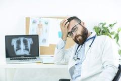 Doctor en día pesado fotos de archivo