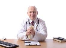 Doctor en el escritorio foto de archivo