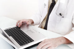 Doctor en el ordenador Imágenes de archivo libres de regalías