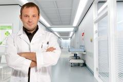 Doctor en el pasillo del hospital imagen de archivo libre de regalías