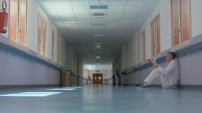 Doctor en el pasillo del hospital almacen de video