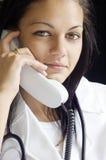 Doctor en el teléfono imagen de archivo libre de regalías