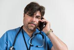 Doctor en el teléfono celular genérico Imagen de archivo