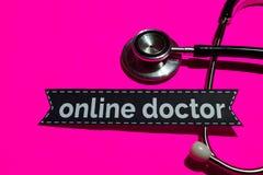 Doctor en línea en el papel de la impresión con el concepto de seguro de enfermedad imagen de archivo