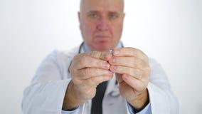 Doctor en la campaña anti del tabaco que rompe un cigarrillo y que no hace ninguna muestra del finger metrajes