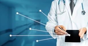 Doctor en la capa blanca con los controles del estetoscopio en su tableta digital de la mano con la historia del consentimiento y fotografía de archivo libre de regalías