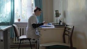 Doctor en la oficina en la tabla doctor en un hospital muy viejo en la oficina Fotografía de archivo libre de regalías