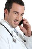 Doctor en la sonrisa del teléfono fotos de archivo libres de regalías