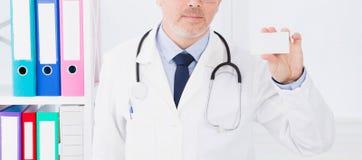 Doctor en la tarjeta de visita del control del hospital, seguro médico, hombre en el uniforme blanco Copie el espacio imagen de archivo