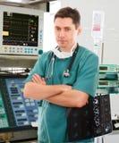 Doctor en la Unidad de Cuidados Intensivos Fotos de archivo