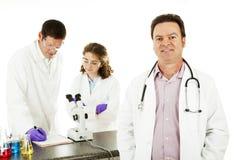 Doctor en laboratorio de ciencia Foto de archivo libre de regalías