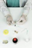 Doctor en Medicina que prepara la inyección Foto de archivo libre de regalías
