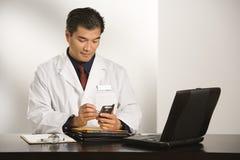 Doctor en oficina. Imagenes de archivo