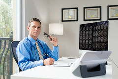 Doctor en oficina Imagen de archivo