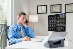 Doctor en oficina Foto de archivo libre de regalías