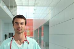 Doctor en pasillo del hospital Imagenes de archivo