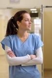 Doctor en vestíbulo del hospital Imagen de archivo libre de regalías