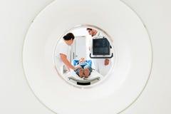Doctor, enfermera, y paciente en la exploración del CT Fotografía de archivo
