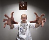 Doctor enojado siniestro fotografía de archivo libre de regalías