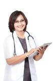 Doctor envejecido centro de la mujer que usa la tableta fotografía de archivo libre de regalías