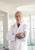 Doctor envejecido medio en recurso médico moderno foto de archivo