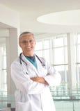 Doctor envejecido medio en recurso médico moderno Imagen de archivo libre de regalías