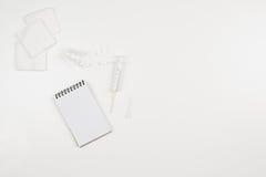 Doctor& x27; escritorio de s con los accesorios y los productos médicos Fotografía de la visión superior Fotografía de archivo