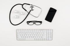Doctor& x27; escritorio de s con los accesorios y los productos médicos Fotografía de la visión superior para los fondos de la me Foto de archivo