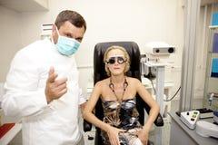 Doctor, examinando a un paciente Fotografía de archivo